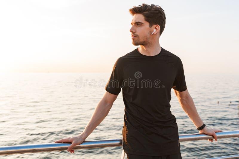 Giovane sportivo concentrato in camicia nera fotografie stock