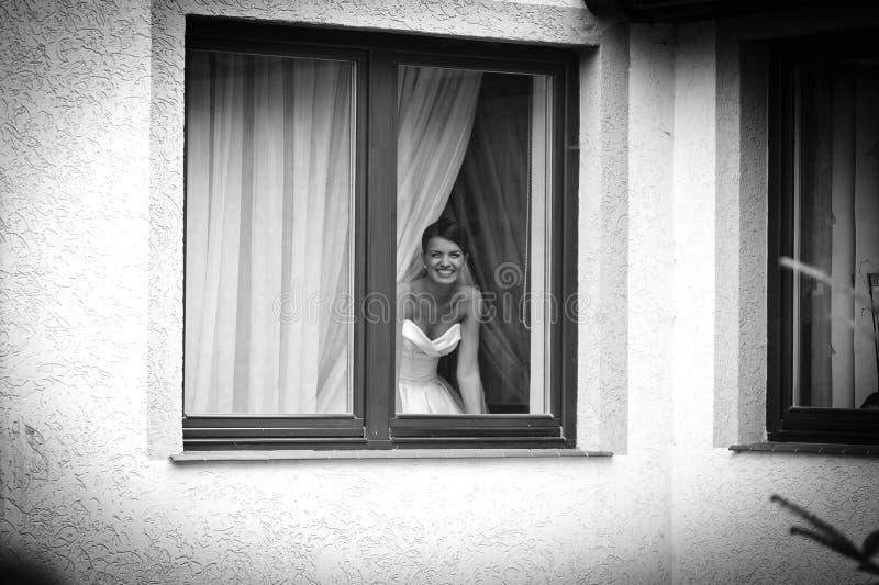 Giovane sposa affascinante allegra fotografia stock libera da diritti