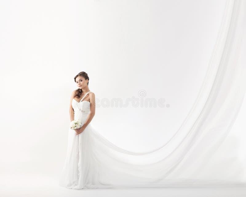 Giovane sposa attraente con il mazzo delle rose bianche fotografia stock libera da diritti