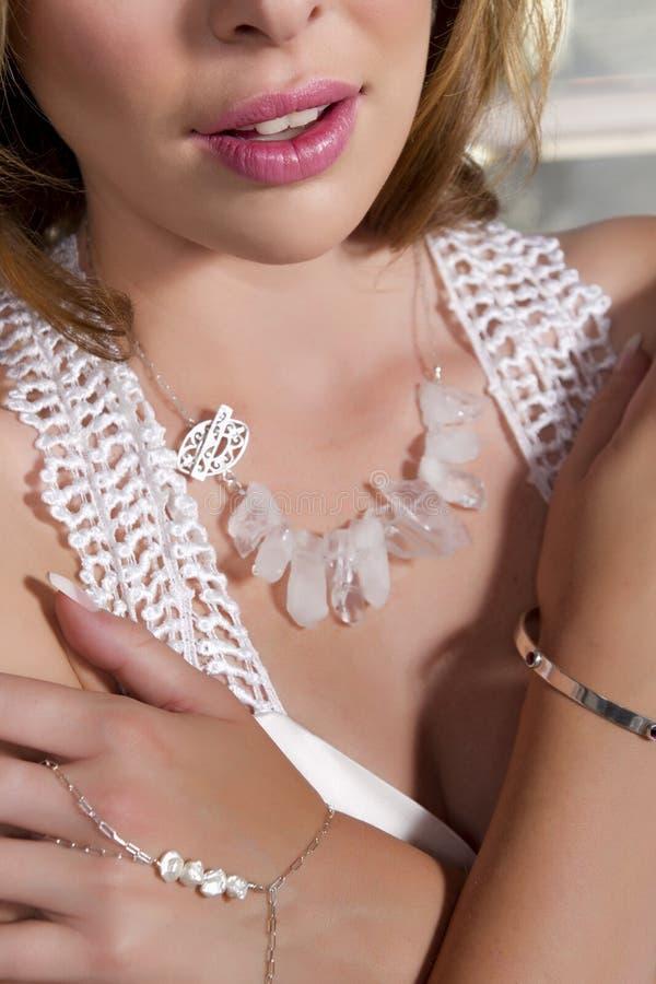 Giovane sposa che indossa abito nuziale e gioielli fotografia stock