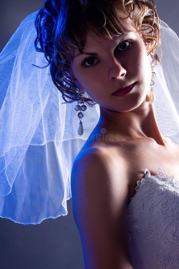 Giovane sposa che porta un vestito da cerimonia nuziale bianco w immagini stock libere da diritti
