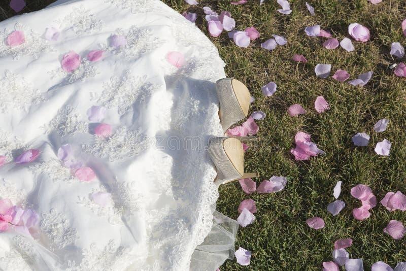 Giovane sposa che si trova sull'erba fotografia stock libera da diritti