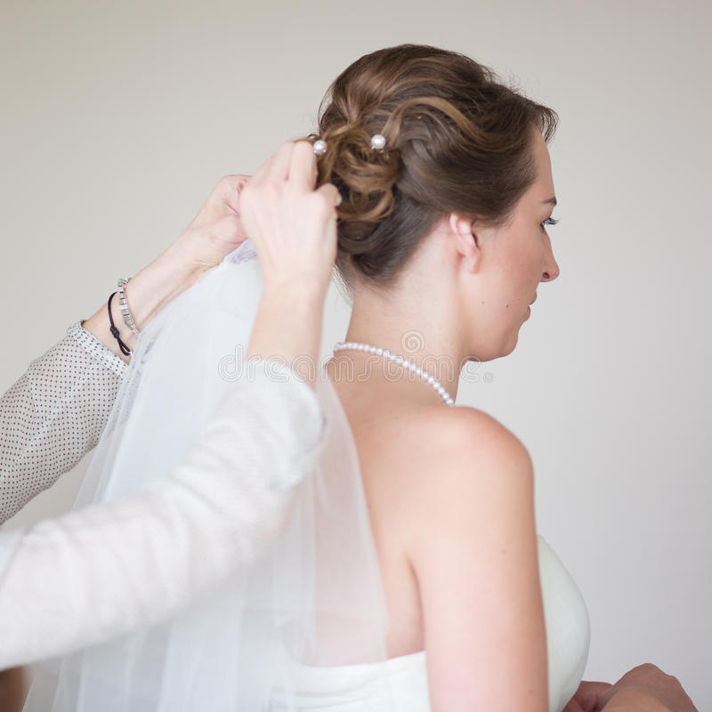 Giovane sposa che si veste per le nozze fotografia stock libera da diritti