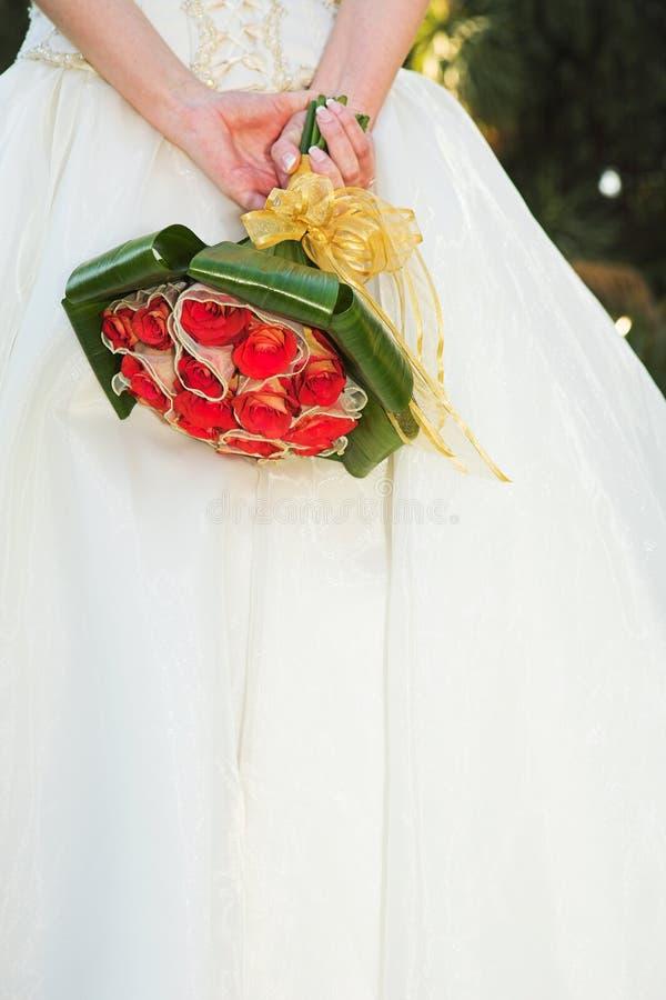 Giovane sposa con i fiori immagini stock libere da diritti