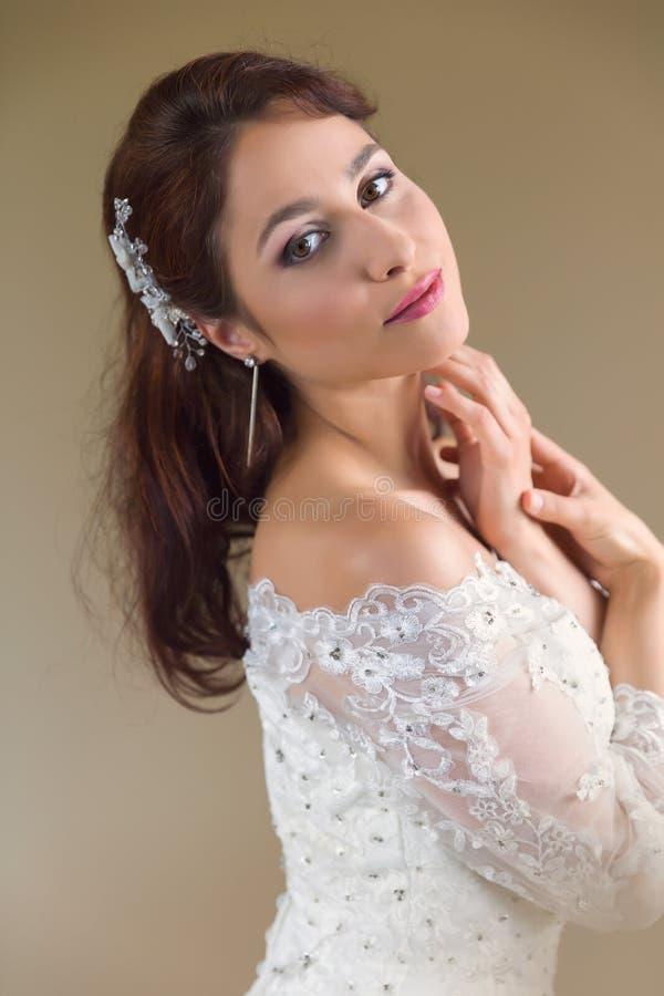 Giovane sposa con il vestito tradizionale fotografie stock