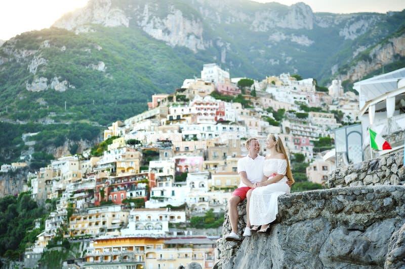 Giovane sposa e sposo delle coppie che si rilassano in Positano, costa di Amalfi, Italia immagine stock libera da diritti