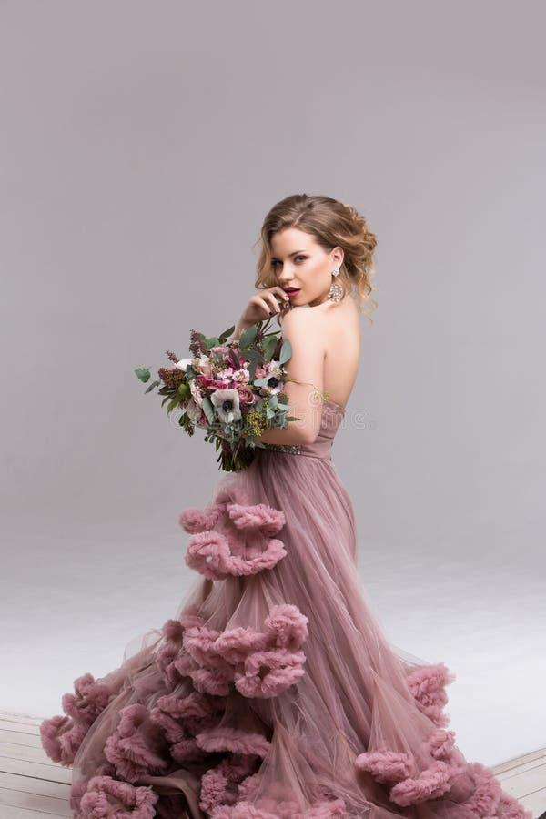 Giovane sposa felice con il mazzo del fiore fotografia stock