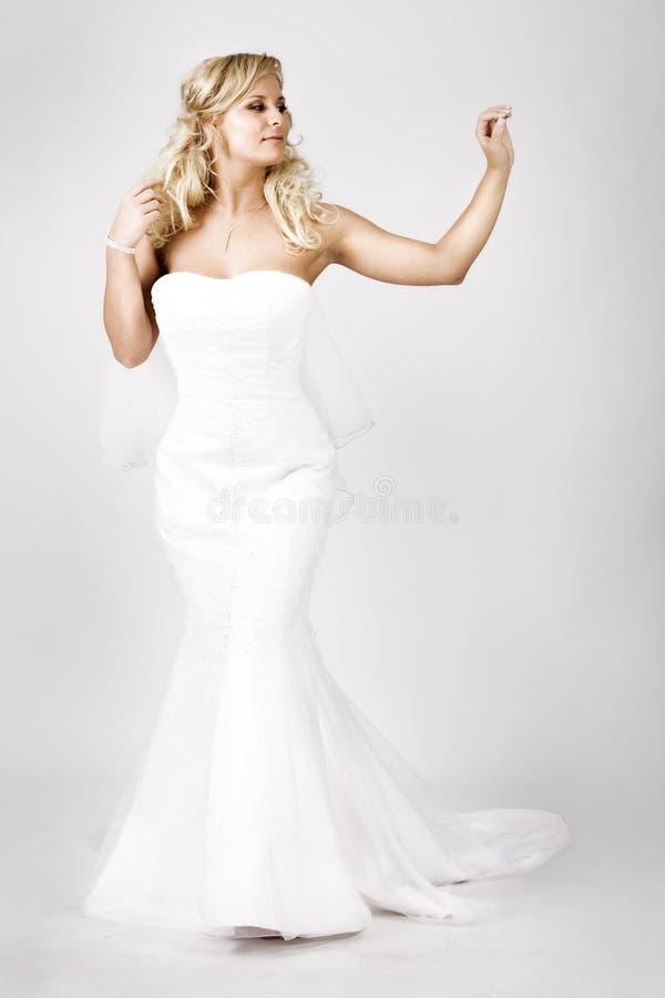 Giovane sposa nel camminare del vestito da cerimonia nuziale fotografie stock