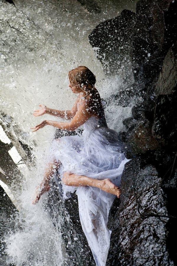 Giovane sposa su un fiume immagini stock libere da diritti