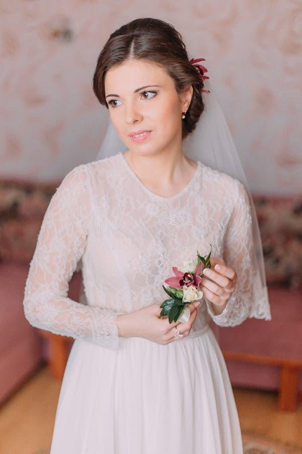Giovane sposa sveglia a casa in vestito da sposa bianco, concetto delle preparazioni Ritratto della ragazza tenera in abito fotografia stock