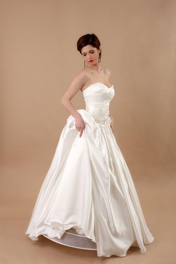 Giovane sposa in vestito nuziale classico lungo fotografie stock