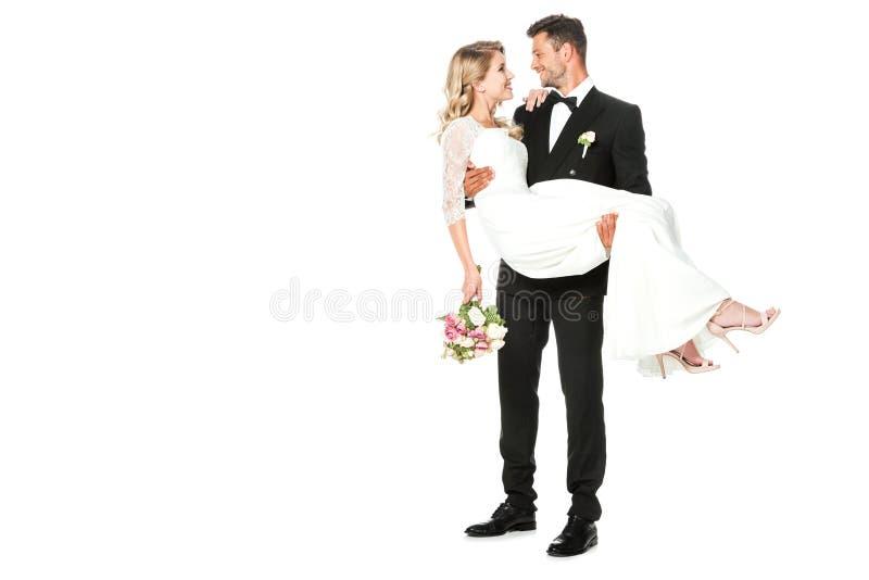 giovane sposo felice che porta la sua sposa fotografia stock libera da diritti