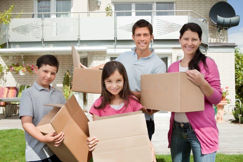 Giovane spostamento della famiglia nella nuova casa fotografia stock