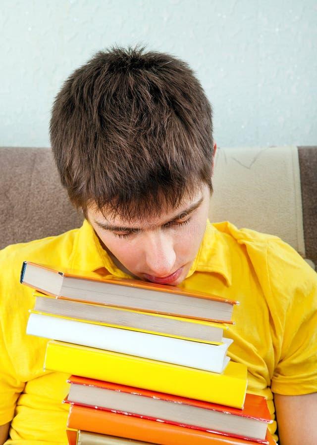 Giovane stanco con i libri fotografia stock libera da diritti
