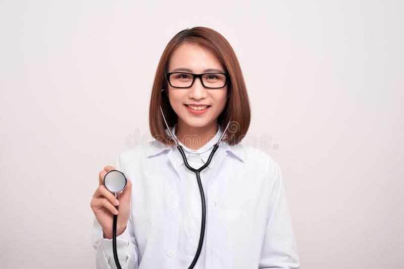 Giovane stetoscopio della tenuta della donna di medico isolato su fondo bianco fotografia stock libera da diritti