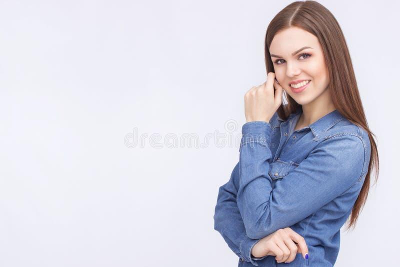 Giovane stile casuale della donna isolato sopra priorità bassa bianca fotografia stock libera da diritti