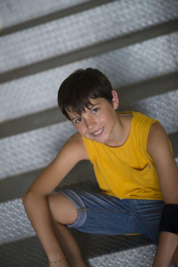 Giovane stile di vita teenager vestito casuale del ritratto del pattinatore all'aperto fotografie stock libere da diritti