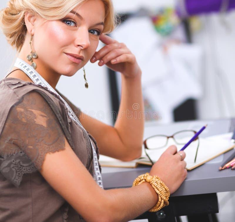 Giovane stilista moderno che lavora allo studio fotografie stock
