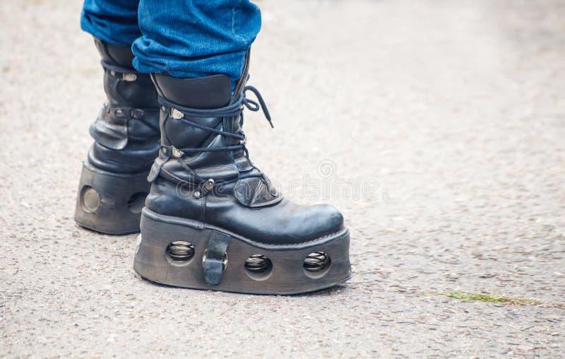 Giovane in stivali punk ruvidi fotografie stock
