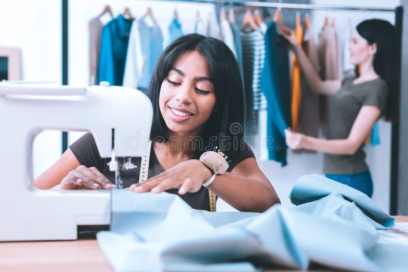 Giovane studente che impara come cucire fotografie stock