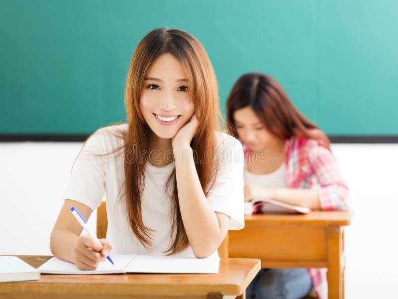 Giovane studente con altri nell'aula immagini stock libere da diritti