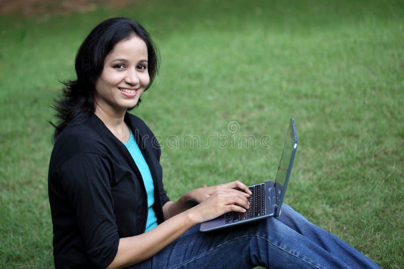 Giovane studentessa che lavora con il computer della compressa fotografie stock libere da diritti