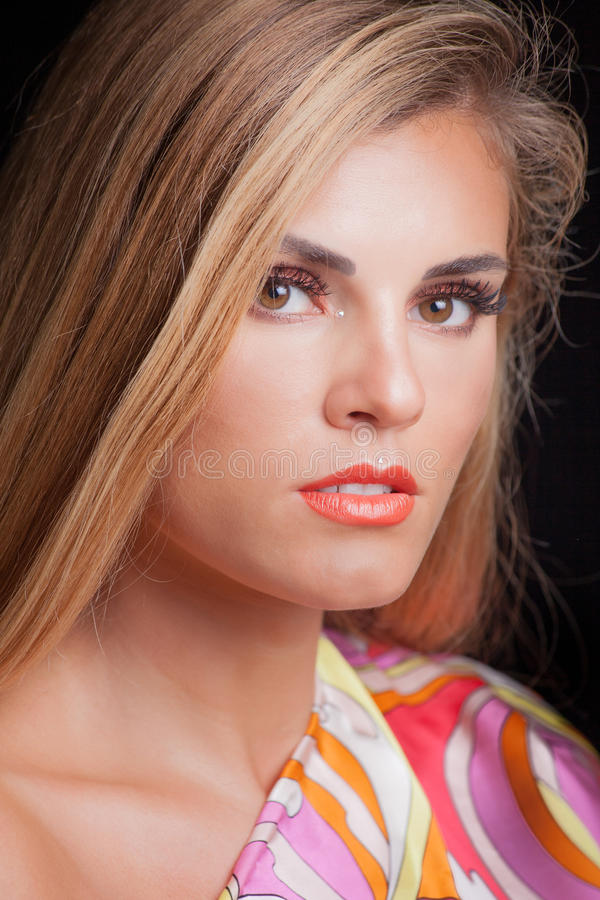 Giovane studio biondo del ritratto di bellezza della donna fotografia stock libera da diritti