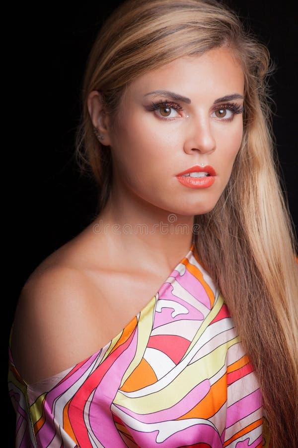 Giovane studio biondo del ritratto di bellezza della donna immagine stock