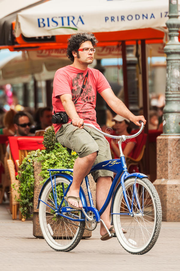 Giovane su una bicicletta nel centro urbano di Zagabria immagine stock libera da diritti