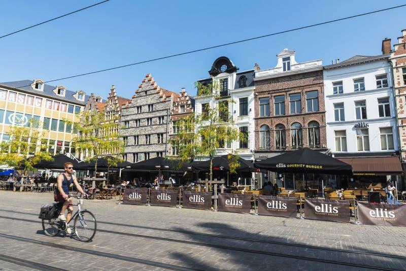 Giovane sulla bicicletta che circola a Gand, Belgio fotografia stock libera da diritti
