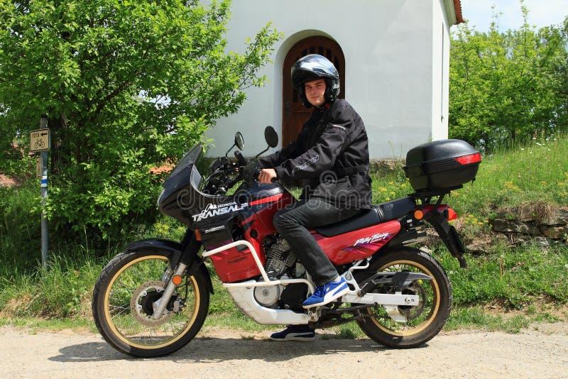 Giovane sulla motocicletta Honda Translap fotografia stock libera da diritti