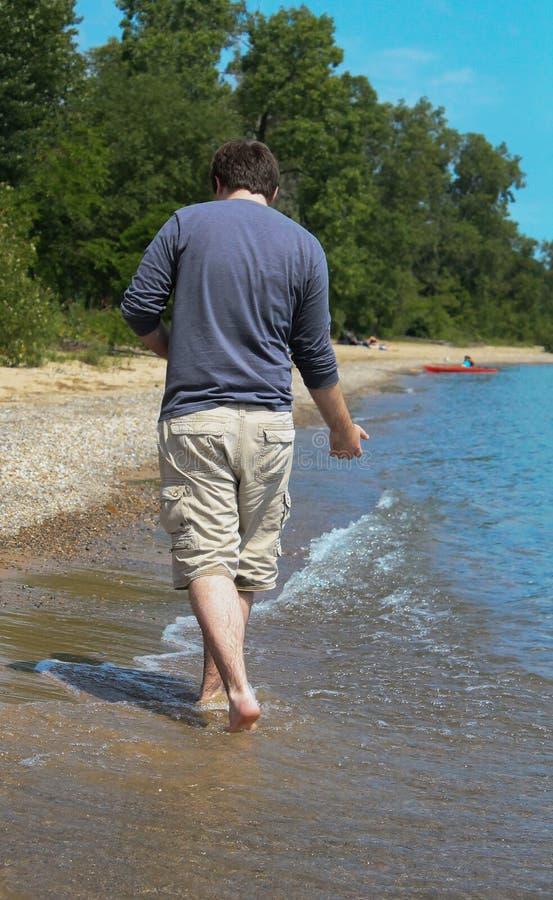 Giovane sulla riva 2 della spiaggia fotografia stock