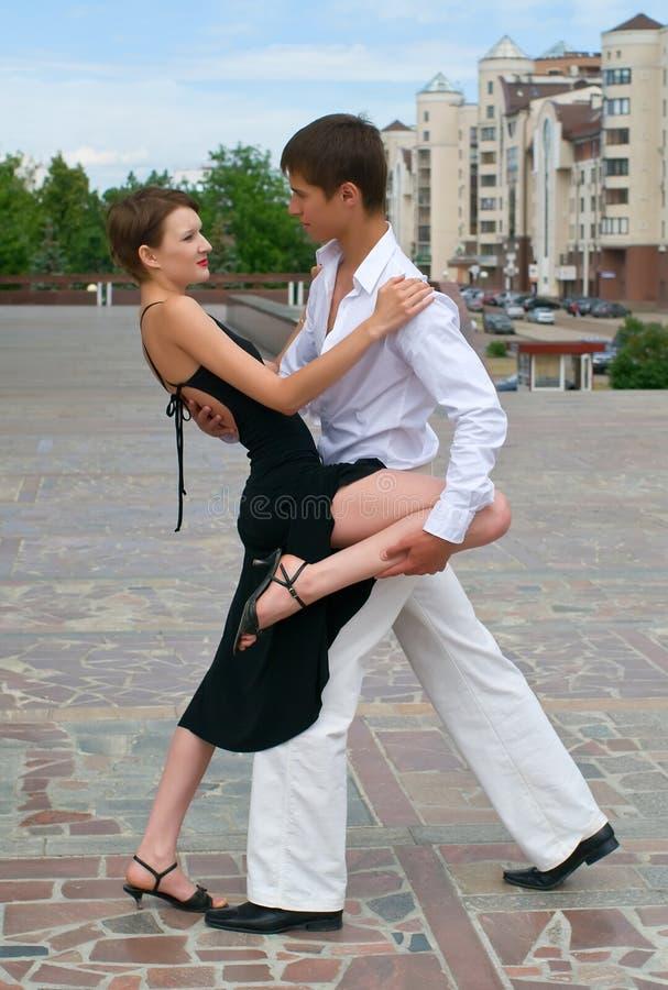 Giovane tango di dancing delle coppie fotografia stock