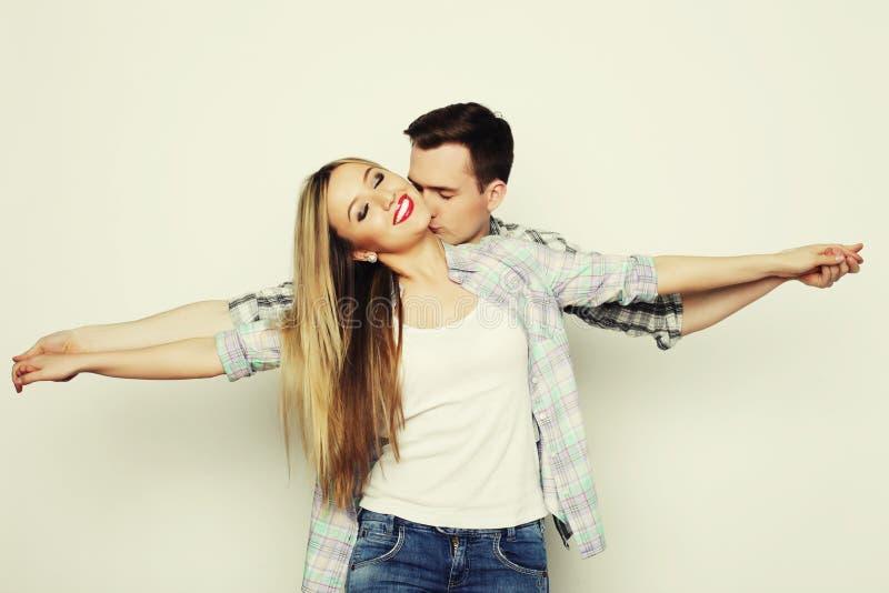 Giovane tenersi per mano amoroso felice delle coppie fotografia stock