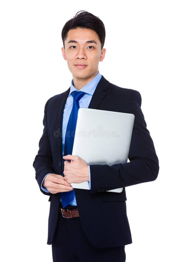 Download Giovane Tenuta Dell'uomo D'affari Con Il Computer Portatile Fotografia Stock - Immagine di assistente, collega: 55355628