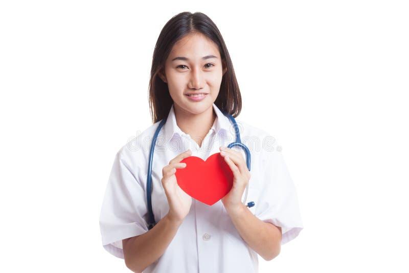 Giovane tenuta femminile asiatica di medico un cuore rosso fotografie stock libere da diritti