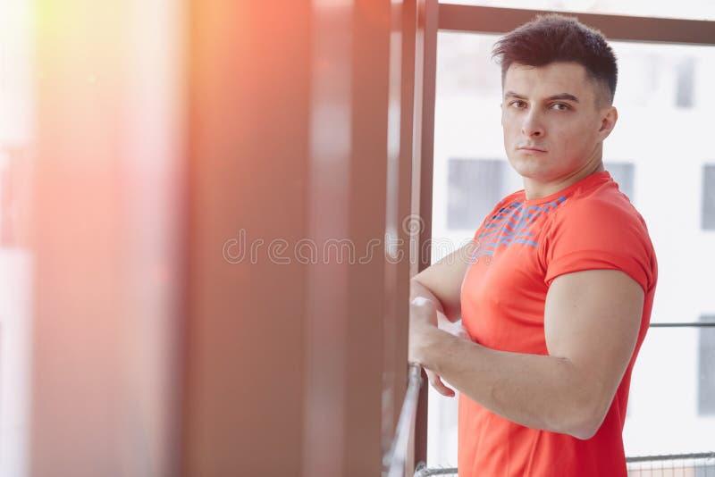 Giovane tipo alla finestra fotografia stock