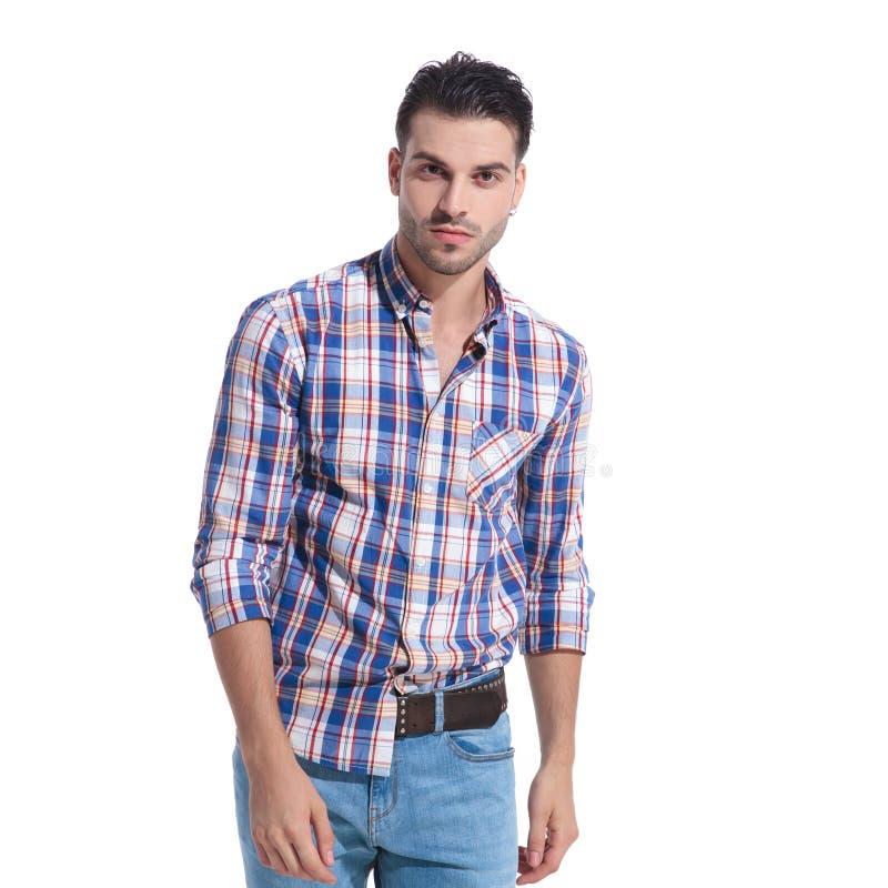 Giovane tipo bello che porta una camicia a quadretti sudicia immagine stock libera da diritti