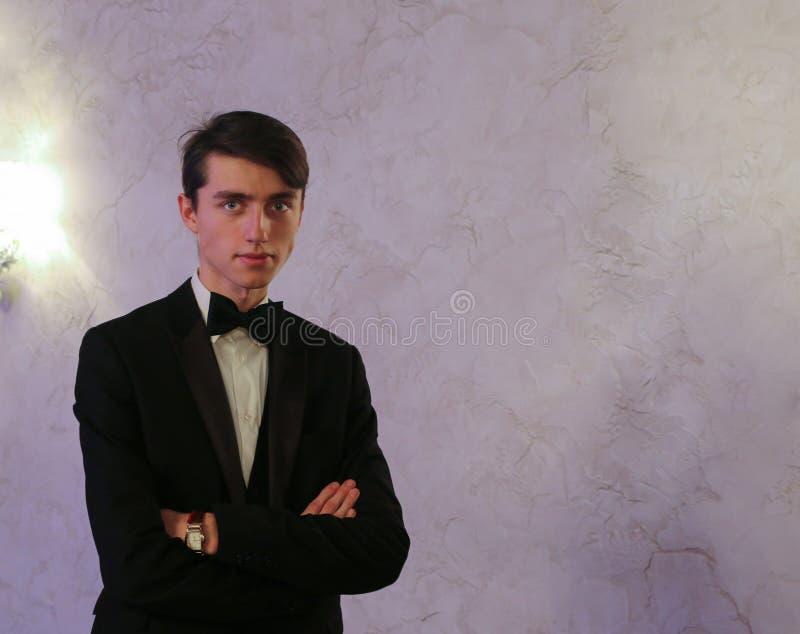 Giovane tipo bello in vestito e farfallino fotografie stock libere da diritti
