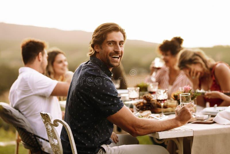 Giovane tipo che gode al partito all'aperto con gli amici fotografia stock libera da diritti
