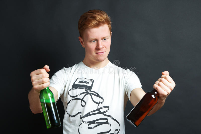Giovane tipo con birra fotografia stock