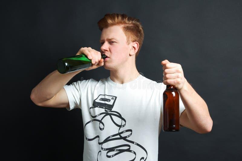 Giovane tipo con birra fotografia stock libera da diritti