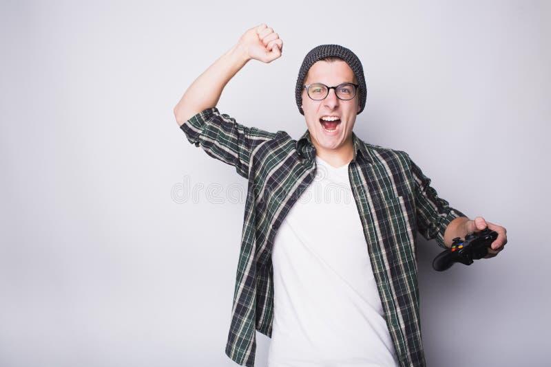 Giovane tipo con gli occhiali che tengono leva di comando fotografia stock libera da diritti