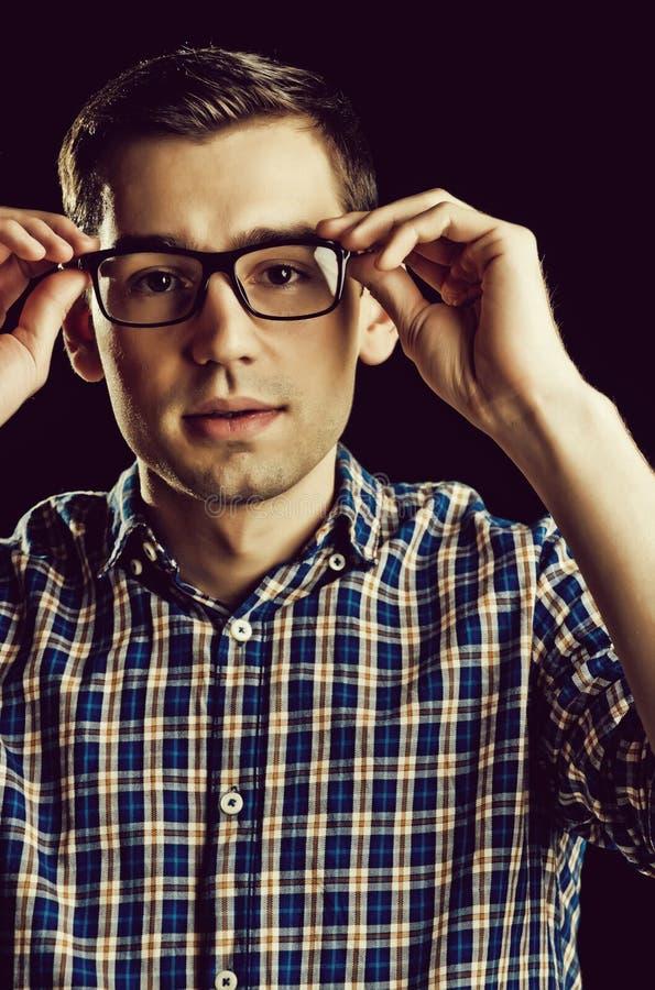 Giovane tipo, nerd in vetri e camicia a quadretti alla moda fotografie stock