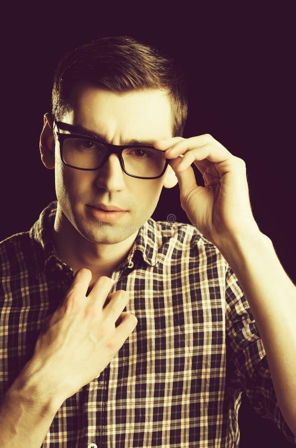 Giovane tipo, nerd in vetri e camicia a quadretti alla moda fotografia stock