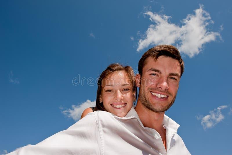 Giovane tirante Enamoured e la ragazza fotografie stock