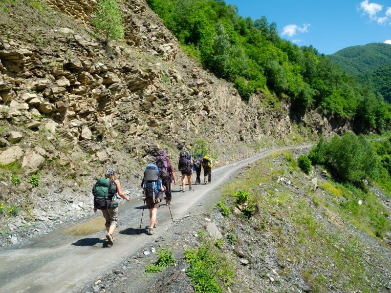 Giovane trekking delle viandanti in Svaneti, fotografie stock