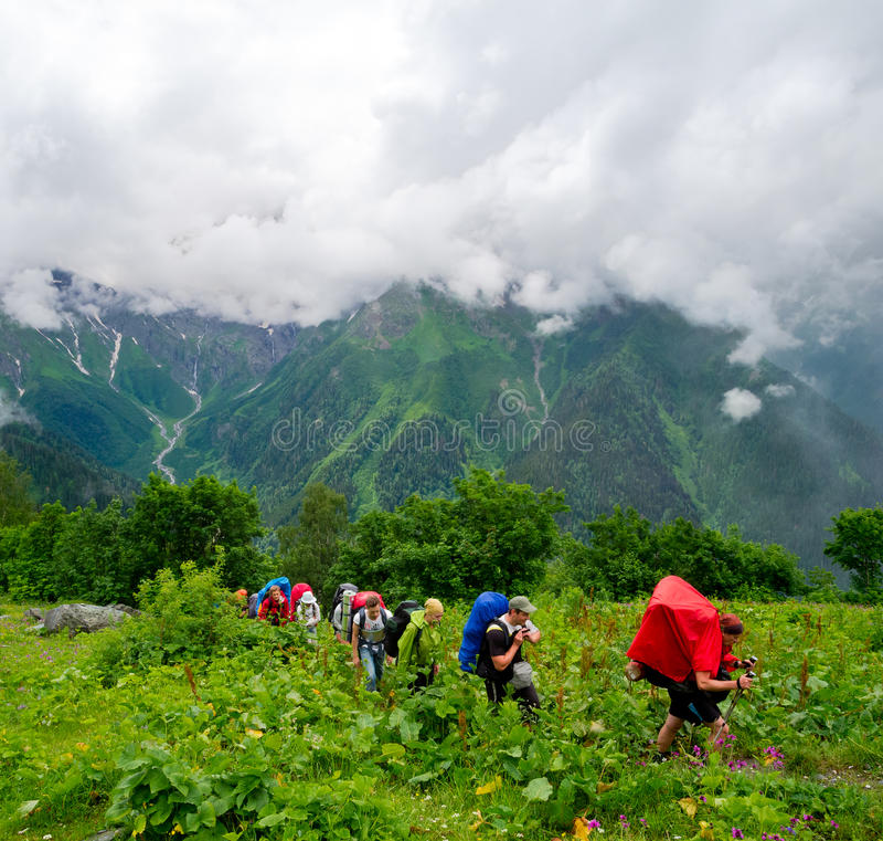 Giovane trekking delle viandanti in Svaneti immagine stock