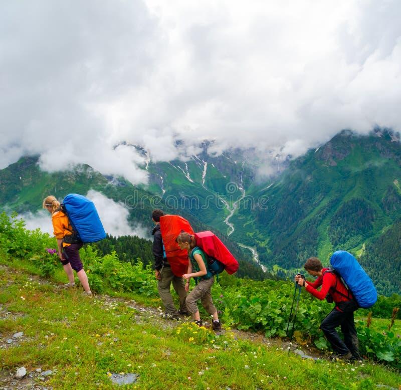 Giovane trekking delle viandanti in Svaneti immagini stock