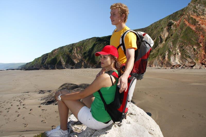 Giovane turista durante il loro giro della spiaggia fotografia stock
